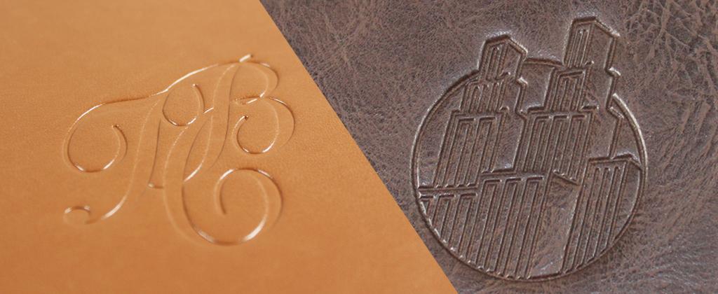 Zwei Lederarten, mit Logos geprägt in blind