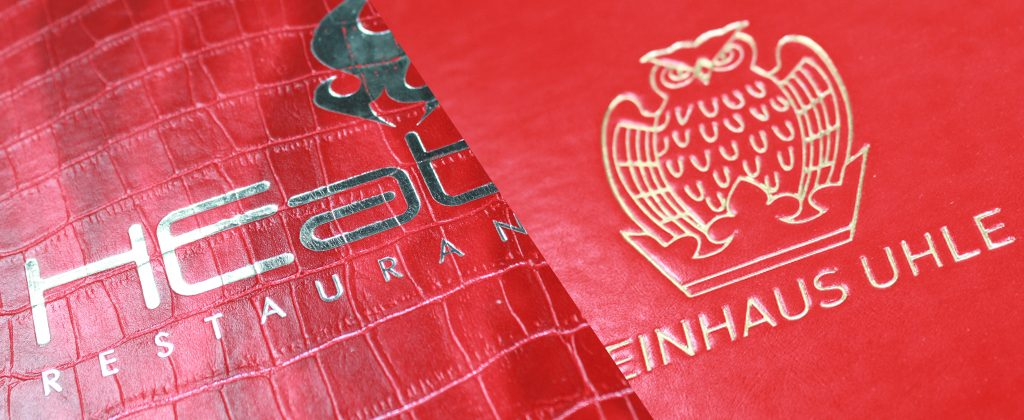 Zwei rote Lederarten, geprägt in Gold und Silber