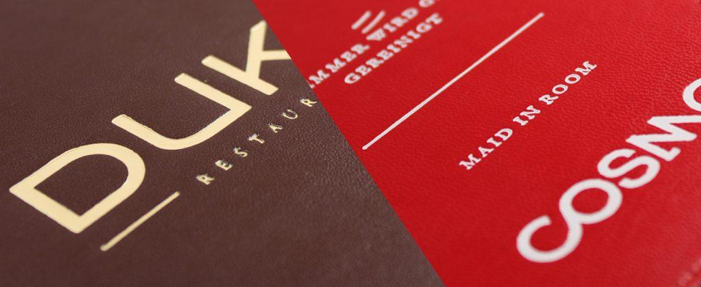 Braunes und rotes Leder, geprägt mit matten Hochglanzfolien