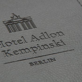 schreibunterlage-blotter-hotel_zimmer-leder-logo