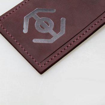 leder-kofferanhänger-mit-logoprägung